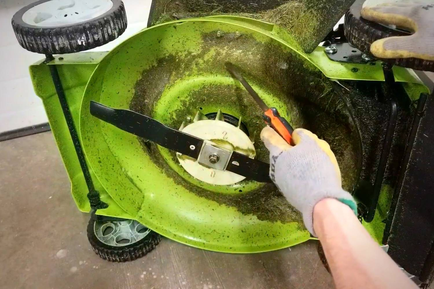Cleaning the Underside of the Electric lawnmower